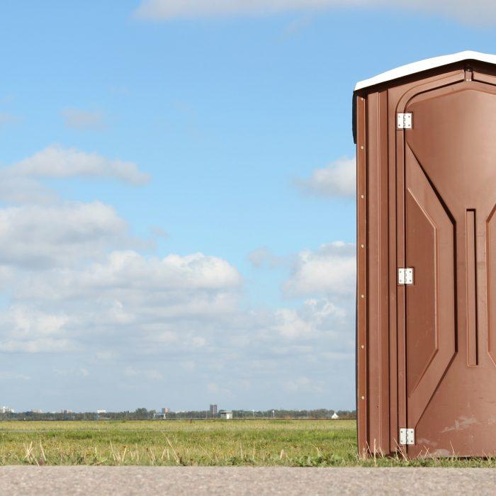 Toilettenhäuschen neben einer Baustelle
